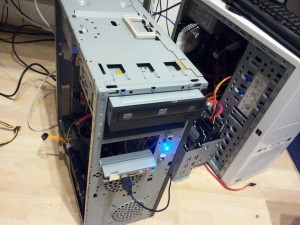 Zwei geöffnete PCs mit provisorsch angeschlossenen Festplatten zwecks Datenrettung.